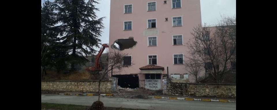 Yalvaç'ta doğumevi binası  yıkım çalışmaları başladı