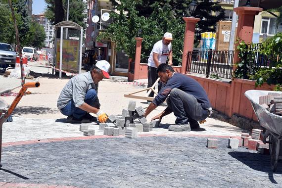 Meydanlar, Kaldırımlar Belediyenin Ürettiği Begonit Taşlarla Döşeniyor